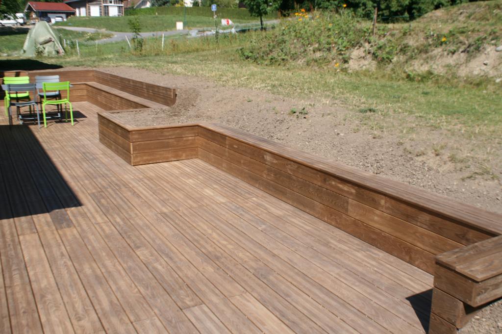 Paysagiste douvaine terrasse bois paysagiste haute savoie 74 cr ation de jardin et - Banc de terrasse en bois ...