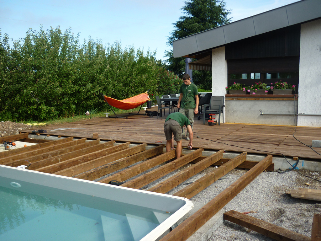 Massif autour piscine for Amenagement jardin piscine